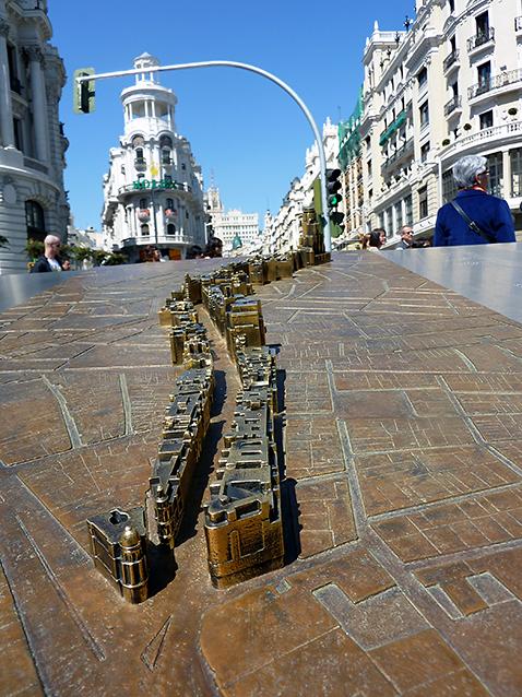 Maqueta de bronce conmemorativa do centenario da Gran Vía de Madride, 10/04/2010.
