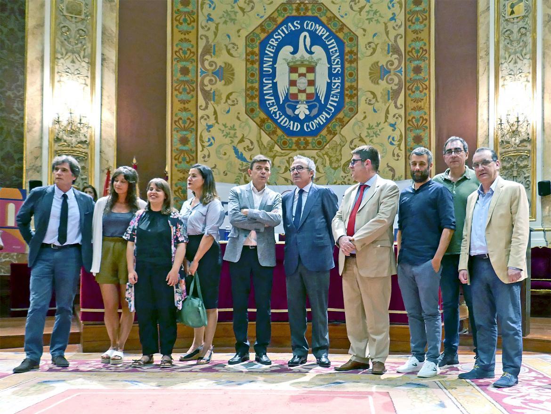 En el centro a la derecha, el Presidente del Grupo PRISA, Manuel Polanco, y a su lado a la izquierda el rector de la UCM, Carlos Andradas, acompañados de varios ponentes.