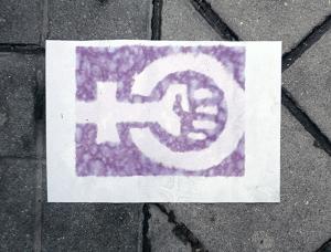 Mistura entre o símbolo das femias e o do comunismo.