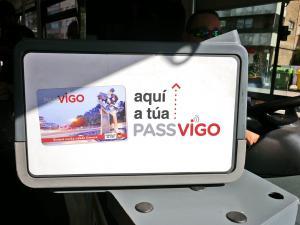 letreiro nos autobuses indicando onde se ten que pasar a tarxeta Passvigo para poder acceder a eles.